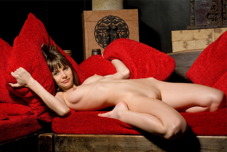 Разлеглась пизда на диване 28 фотография