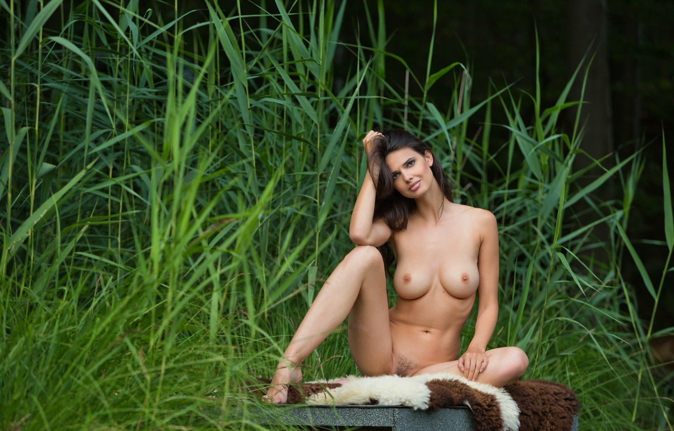 Эро модель позирует на природе порно фото бесплатно