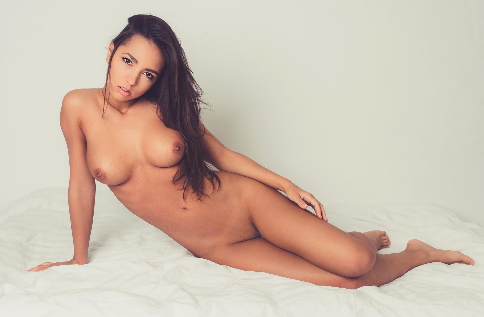 Голая девушка с длинными волосами на кровати фото фото 359-470