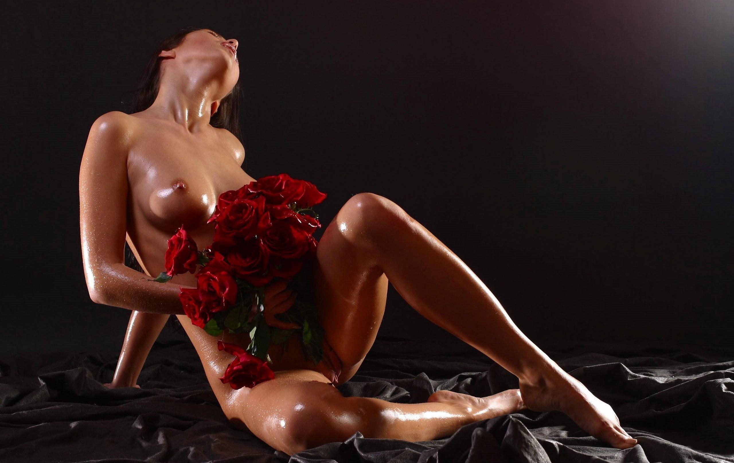 Фото Сексуальная обнаженная девушка с цветочками