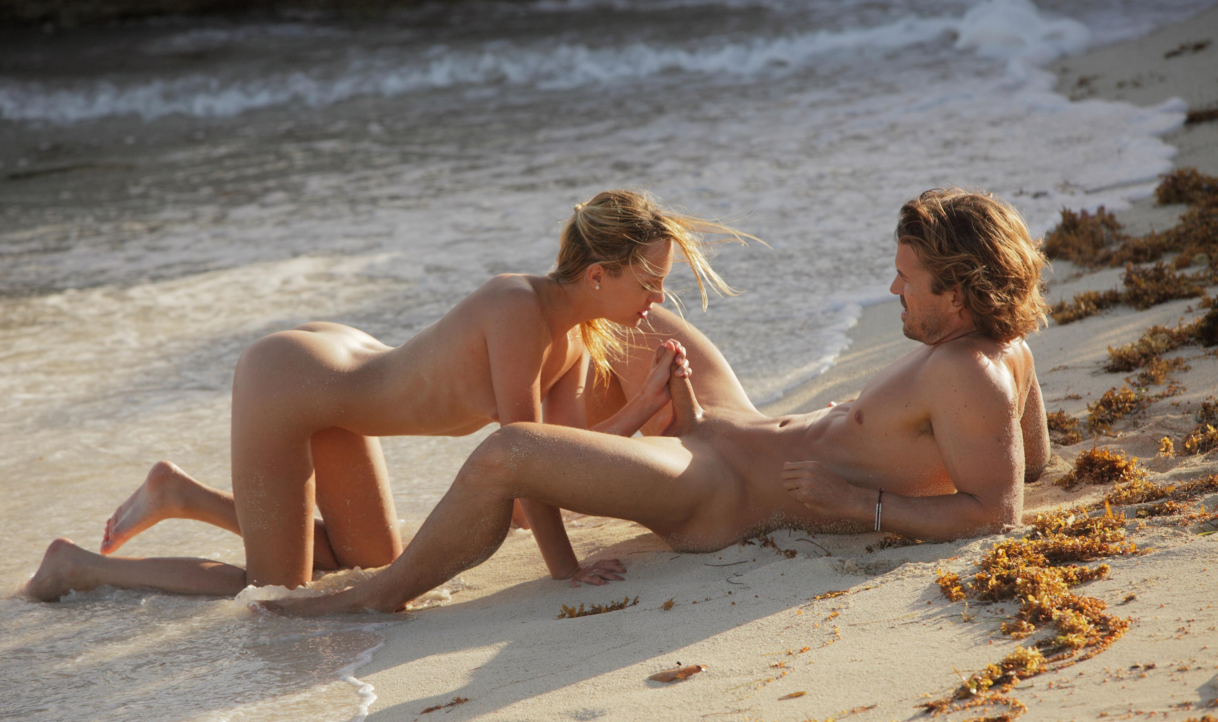 Сексуальная пара на пляже 11 фотография