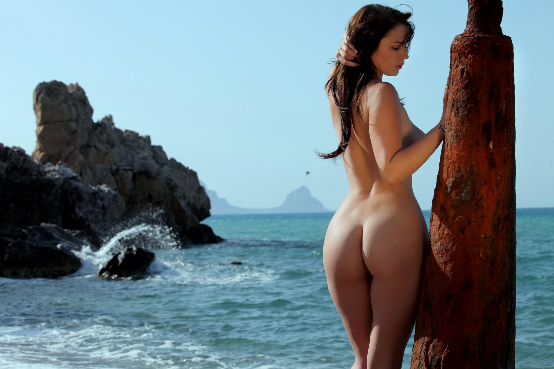 Обнаженные Женщины На Море