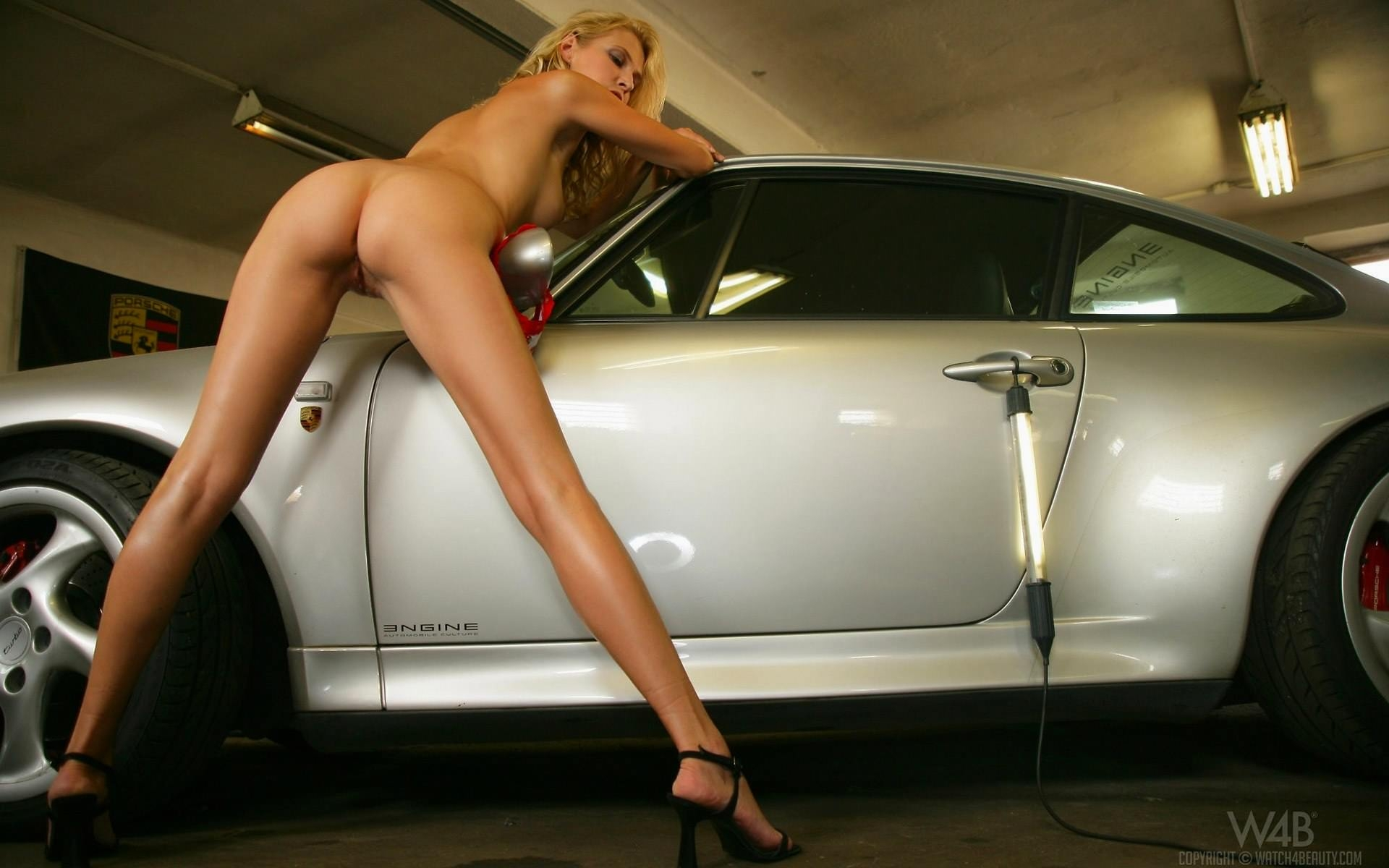 Фото голой девушки на авто 12 фотография