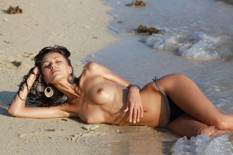 Фото девушек ню дикий пляж 26 фотография