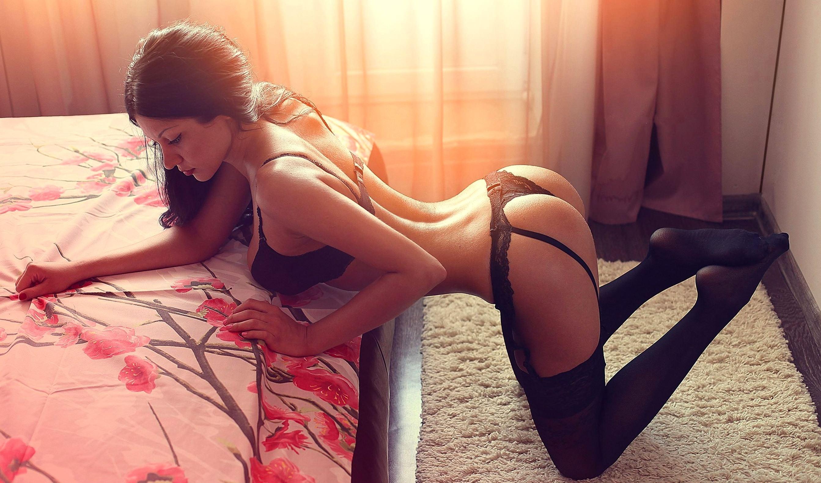 Деревенская брюнетка с большой попой позирует на кровати  681803