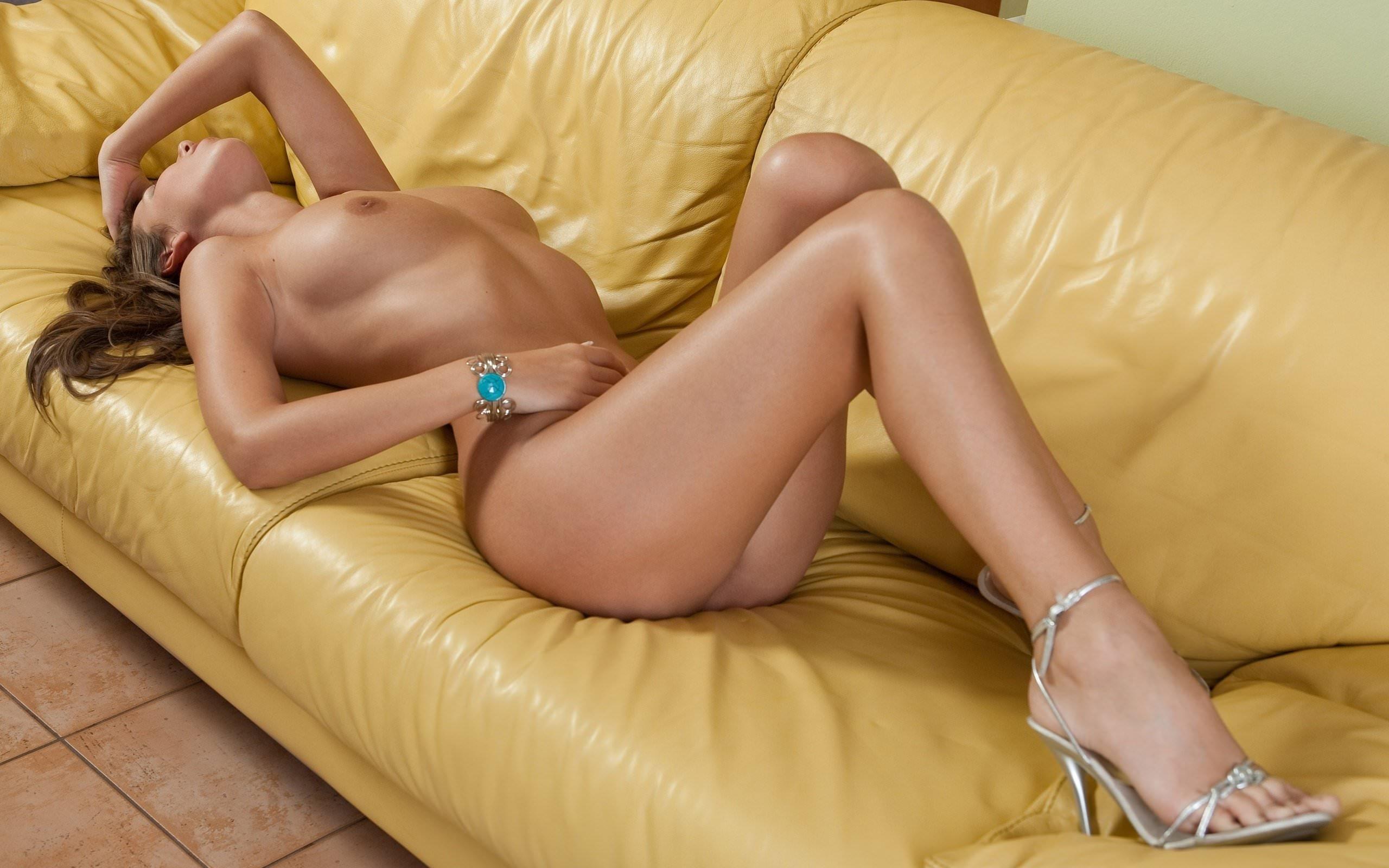 Порно желтый диван бесплатно