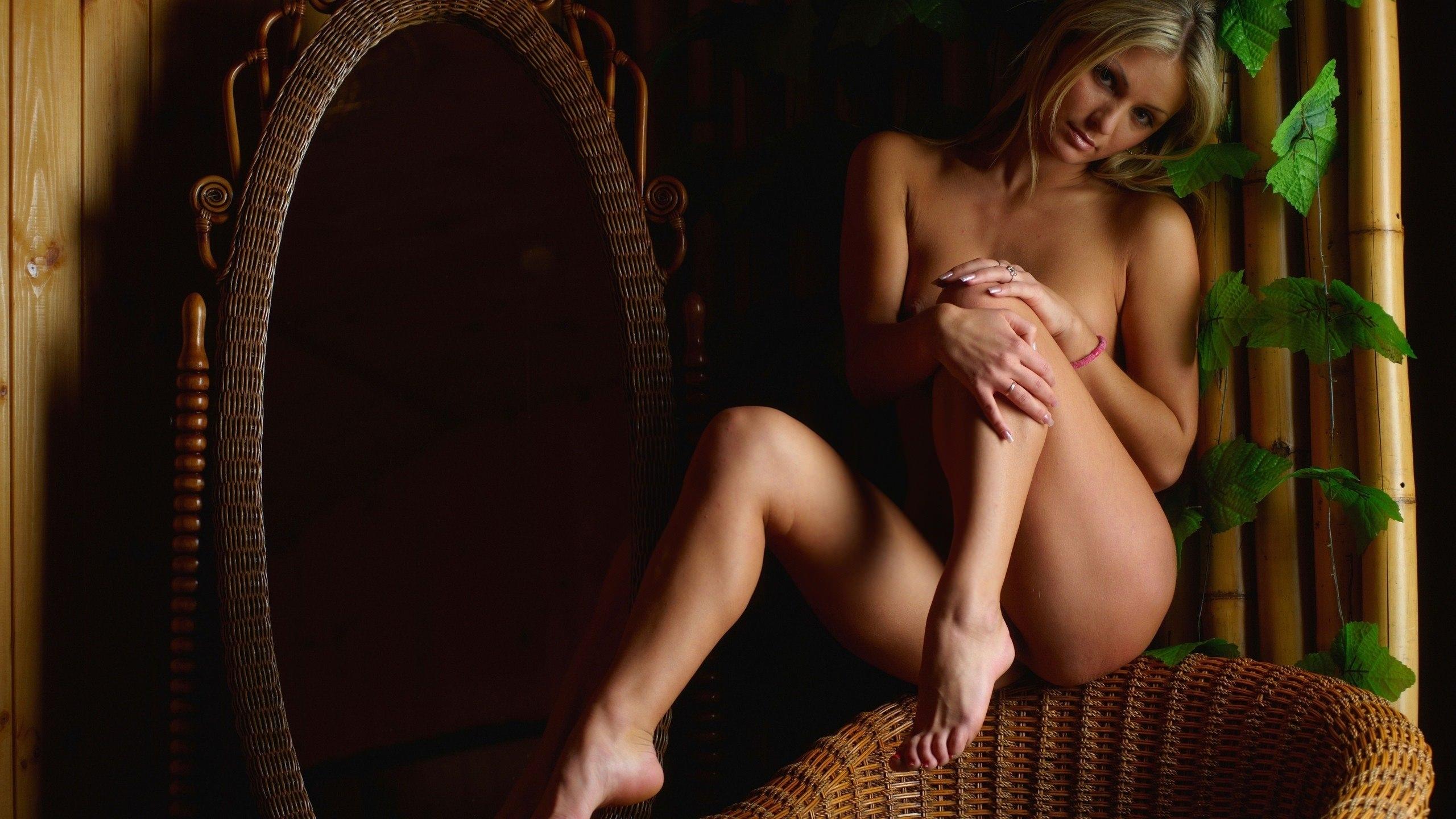 Фото красивых голых девушек на стуле 25 фотография