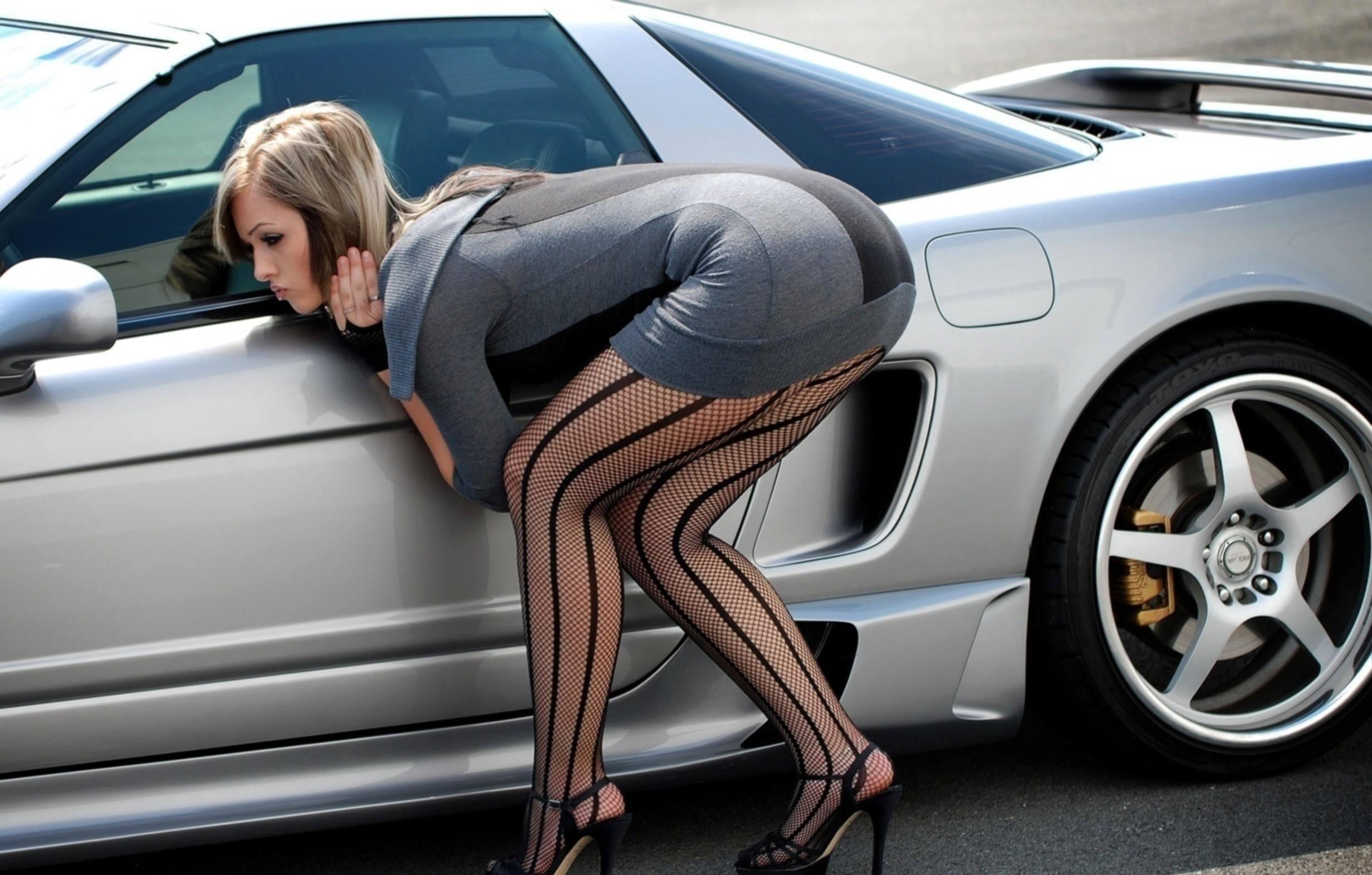 Незамужние женщины подставляют свои большие жопы  494841