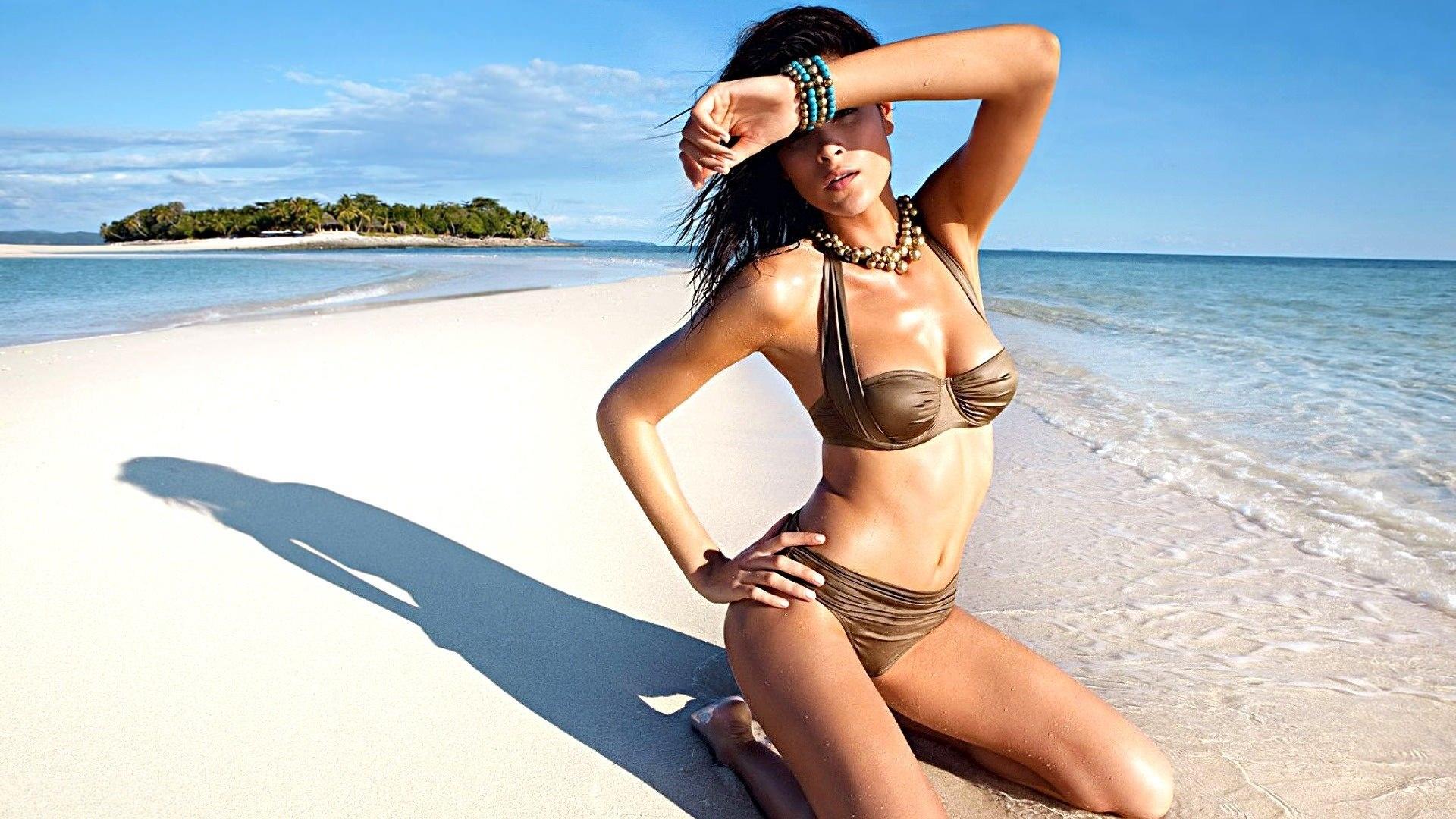 Худенькая девка с офигительным телом позирует на фоне моря  47427