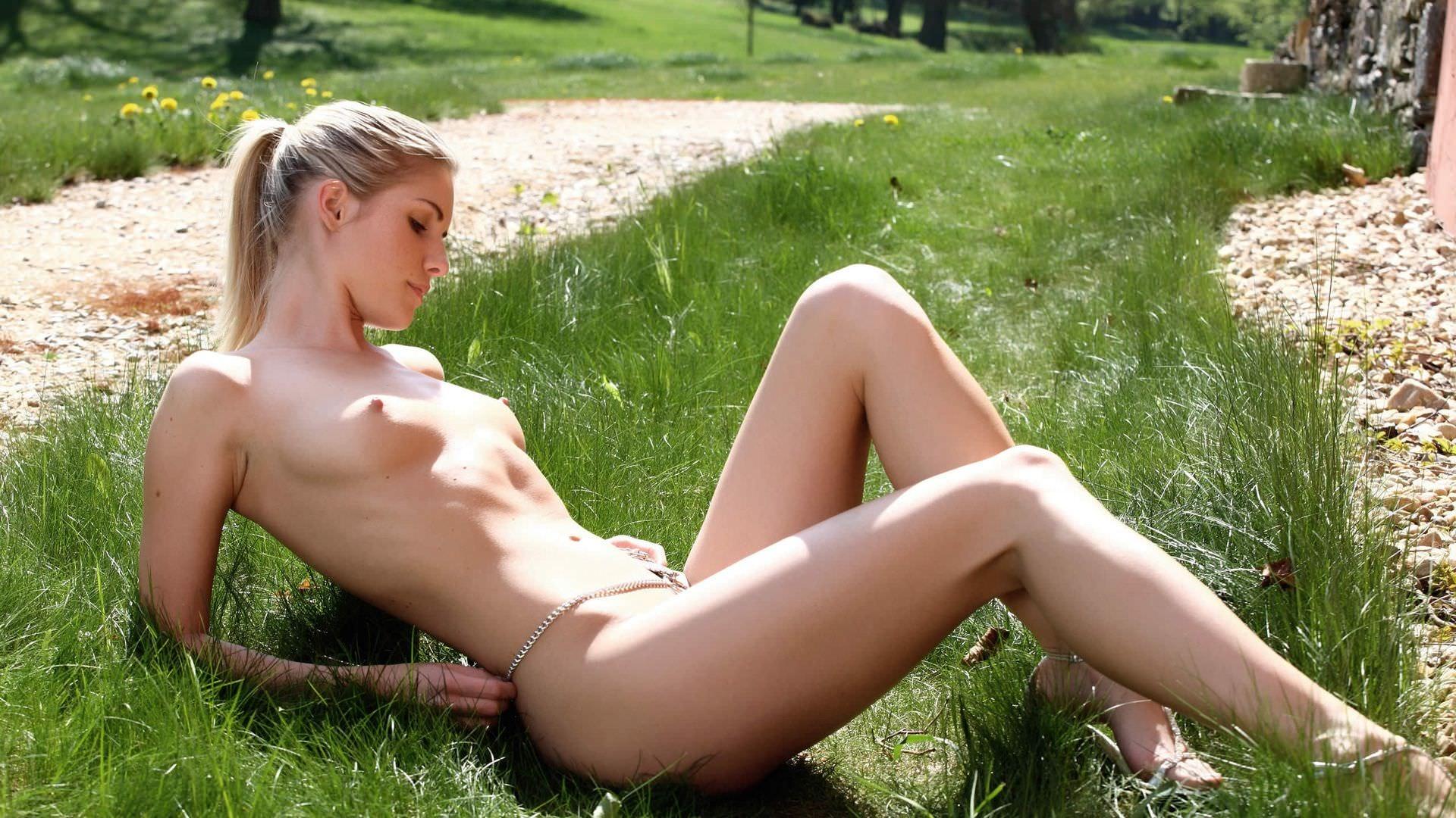 Фото голые девушки на траве 16 фотография