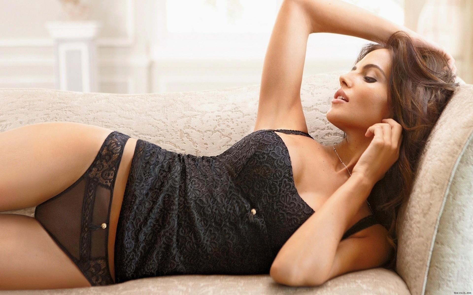 Brunette milf Bianca Mendoza is showing off in her black underwear  818302