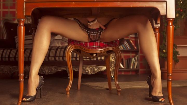 фото голых под столом