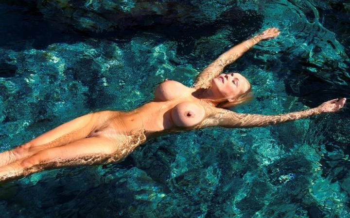 большие сиськи под водой фото