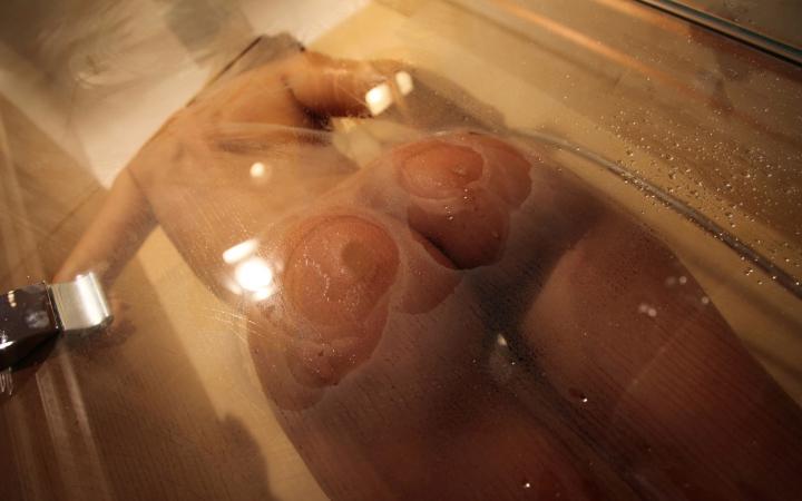 фото голая девушка в душе