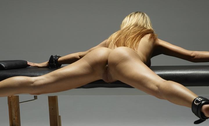 s-blondinkoy-na-massazhnom-stole
