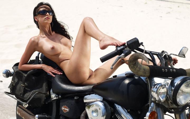 фото голые девушки на мотоцыклах