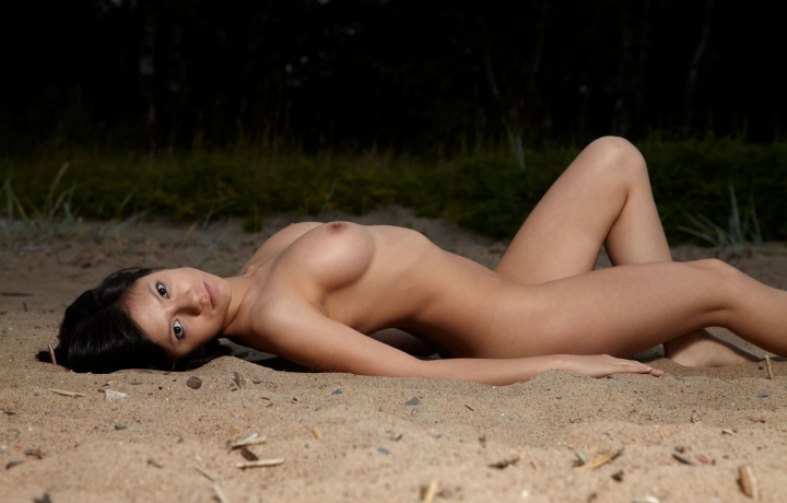 голые девки на песке фото