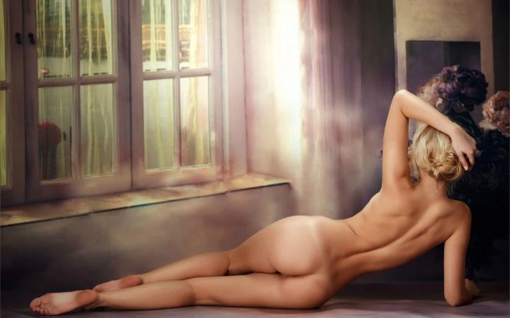 голые женщины лежат на спине фото