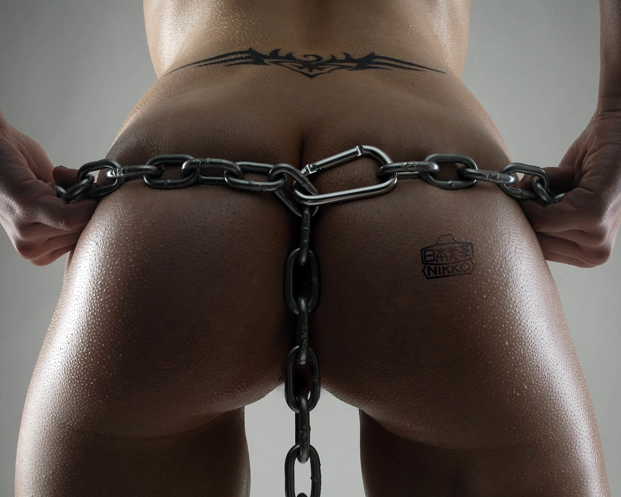 Фото Chain on buttocks, tattoo, wet ass, gray background, ass glitters, скачать картинку бесплатно