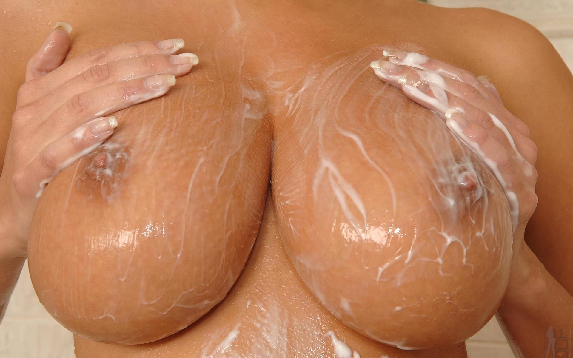 Фото Большие загорелые сиськи в душе, девушка намылила свои сочные сиськи, мыльные титьки. Wet naked boobs, tits in the foam, the soaped boobs, big tanned tits, shower, скачать картинку бесплатно