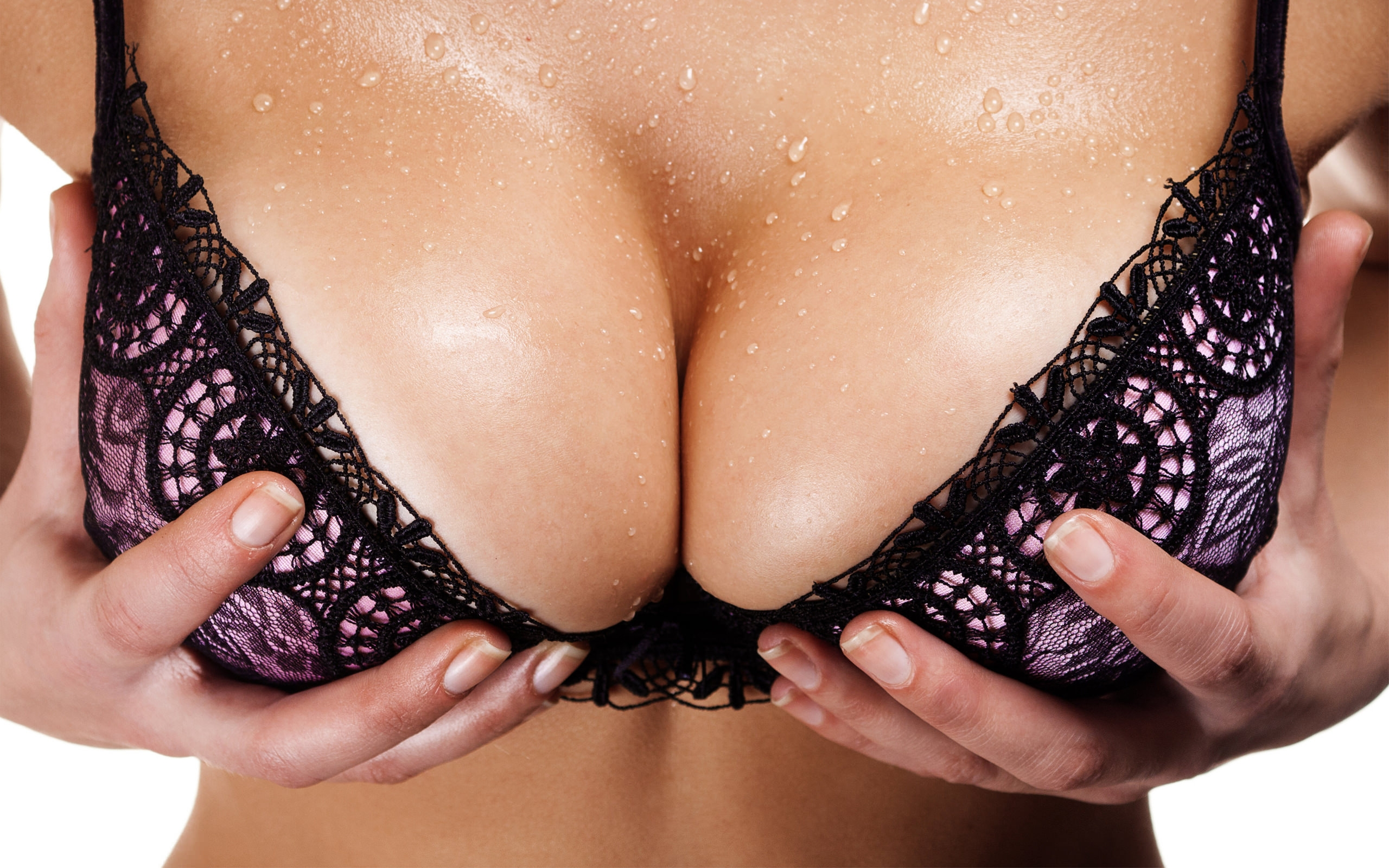 Фото Большая мокрая грудь крупным планом, девушка схватилась за свою грудь в фиолетовом лифчике, мокрые сиськи. Wet boobs in erotic bra, appetizing tits, tits in hands, скачать картинку бесплатно