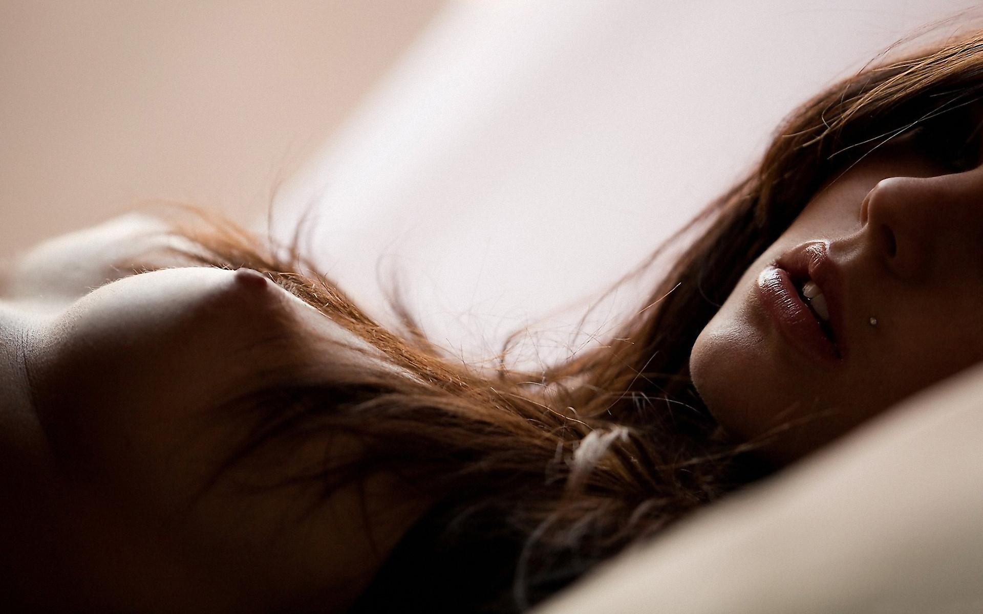 Фото Соблазнительная девушка с нежной обнаженной грудью, сладкие блестящие губы, нежные соски, волосы на сиськах. Hair on the tits, sweet lips, naked girl on the bed, скачать картинку бесплатно