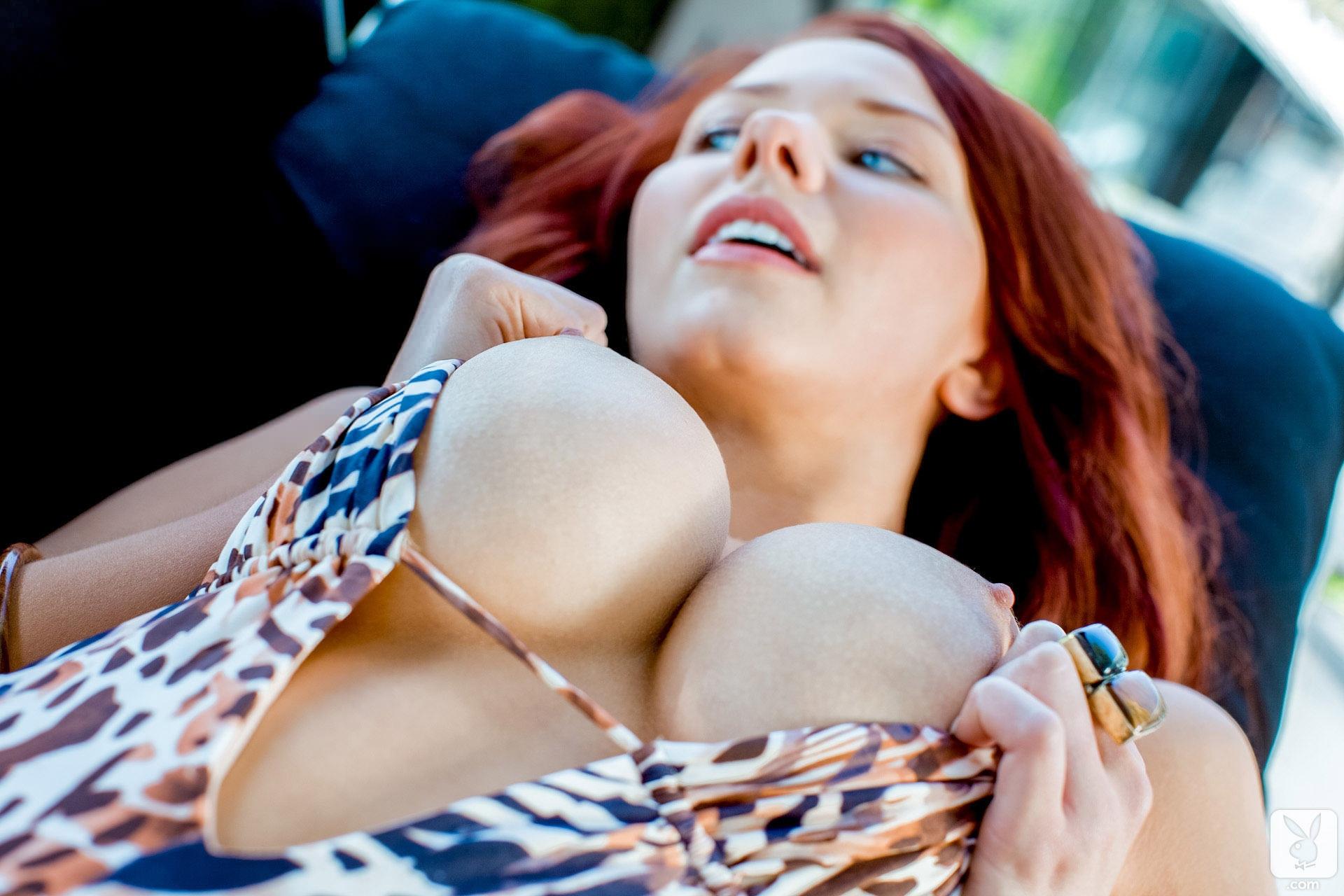 Фото Рыжая девушка гладит свою большую грудь, леопардовый купальник, круглые сиськи, соблазн. Redhead, big tits, leopard swimsuit, tasty boobs, скачать картинку бесплатно
