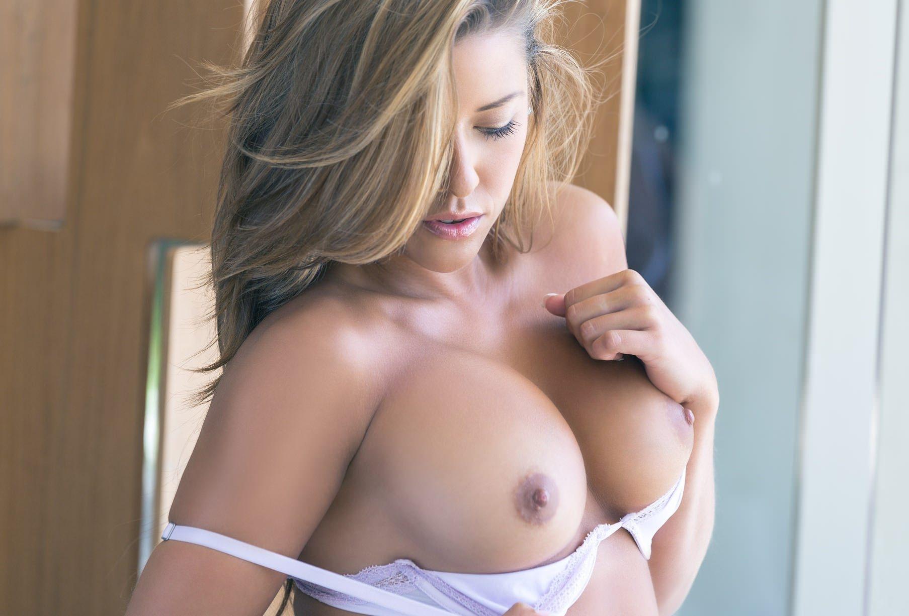 Фото Красивая девушка с большой обнаженной грудью, девушка снимает белый лифчик, большие красивые сиськи, упругие соски, красивая эротика, упругие сиськи. Sexy girl, naked big tits, temptation, nipples, pretty boobs, white bra, cool breasts, скачать картинку бесплатно