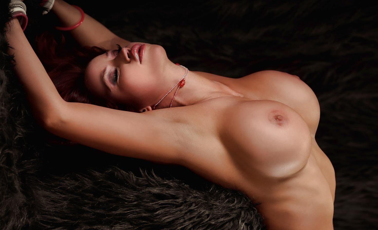 Фото Обнаженная соблазнительная девушка с огромной грудью, большие круглые сиськи, девушка наклонилась назад, закрыла глаза, сладкие губки, силиконовая грудь 5го размера. Naked girl, huge tits, big boobs, closed eyes, girl leaned back, скачать картинку бесплатно