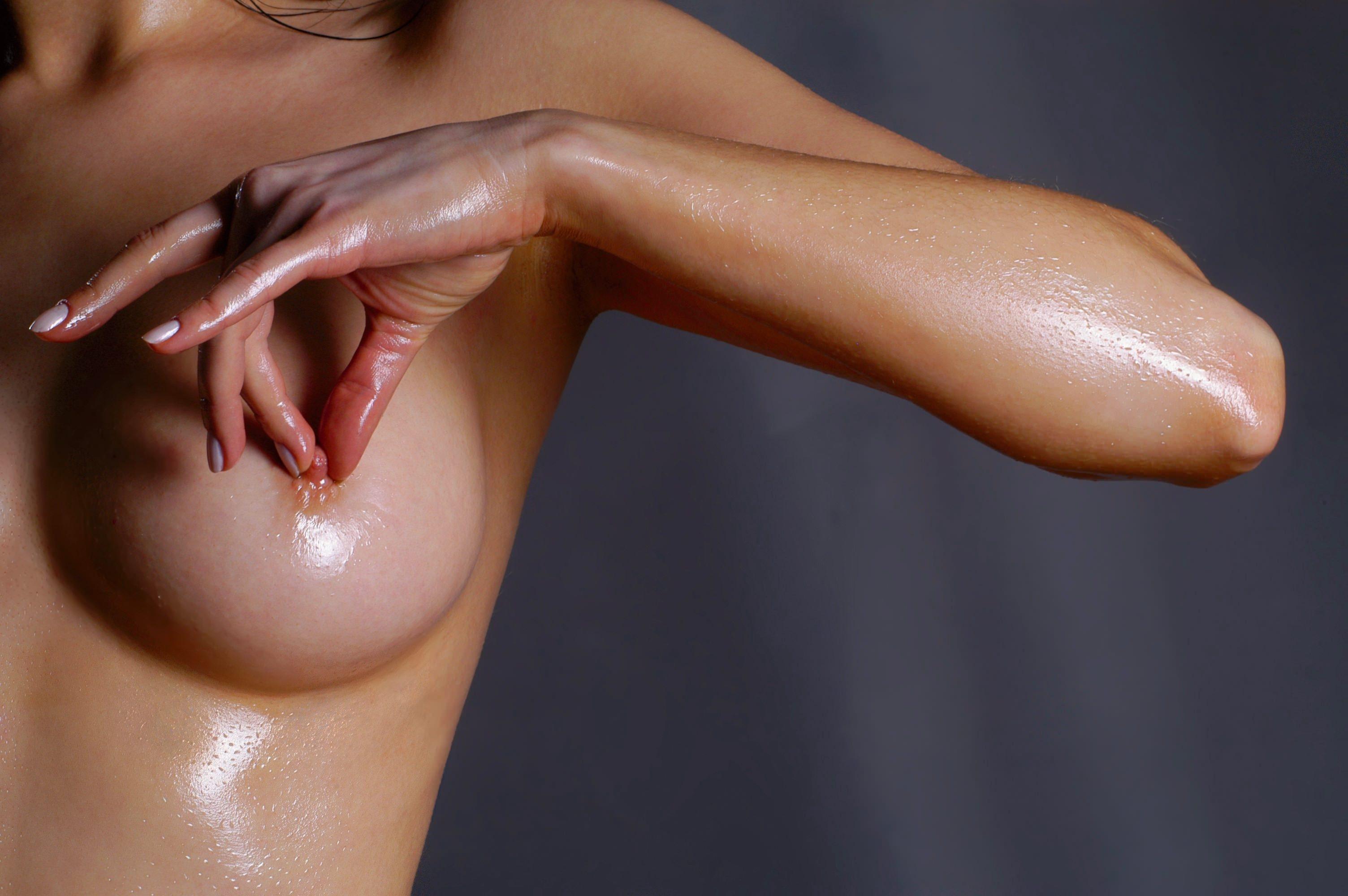 Фото Голая мокрая девушка сжимает сосок, круглая красивая грудь, круглые влажные сиськи. Round tit, oiled, wet tits, squeezing a nipple, скачать картинку бесплатно