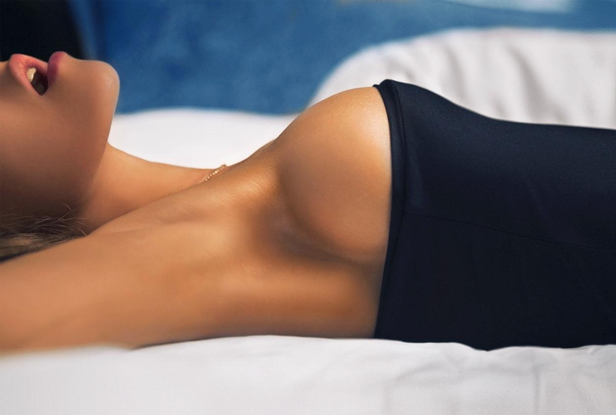 Фото Возбужденная девушка в черном обтягивающем платье, не скрывающим и половину груди, большая красивая женская грудь, круглые красивые сиськи, девушка открыла ротик, шикарное тело, сладкие губки. Sexy girl in black skin-tight dress, perfect breasts, round boobs, beautiful tits, lips, opened mouth, скачать картинку бесплатно