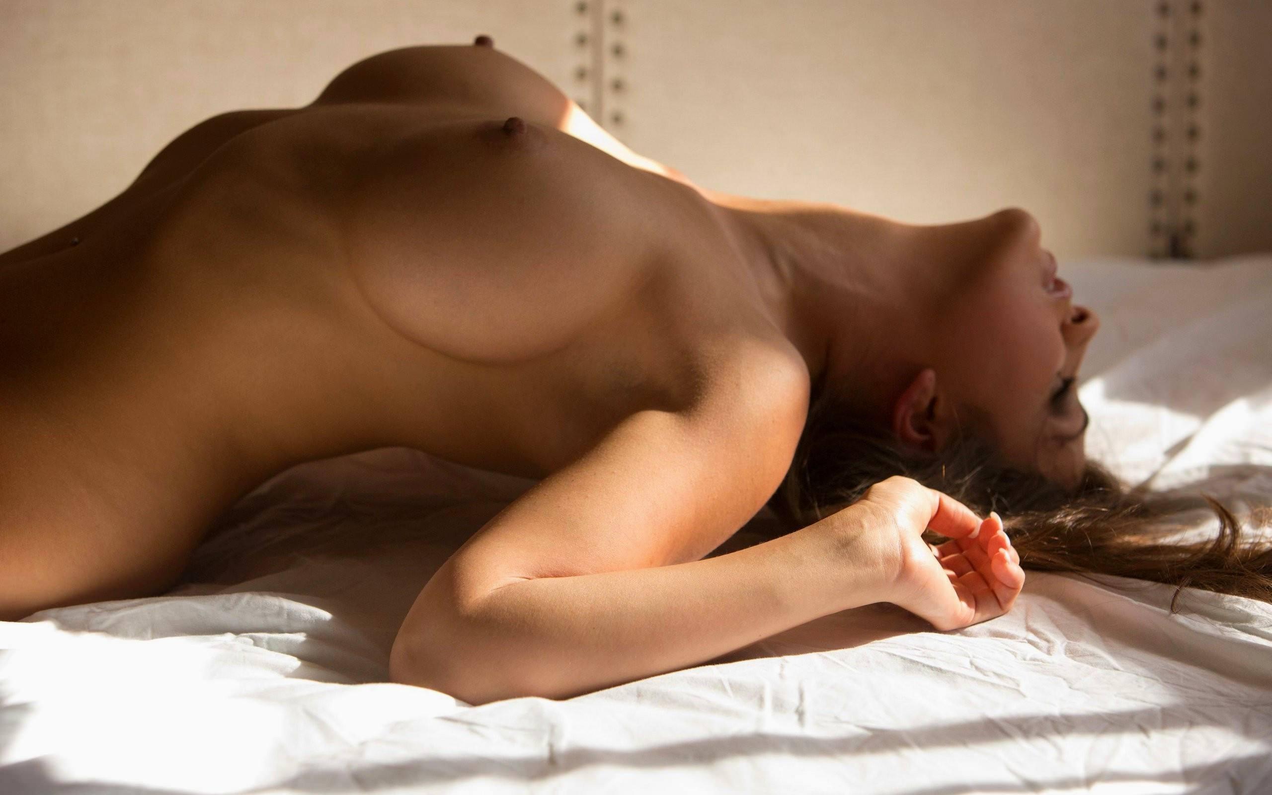 Фото Возбужденная голая девушка извивается в постели, упругие красивые сиськи и острые набухшие соски, соблазн и возбуждение в каждом движении, острые упругие сосочки, сексуальное женское тело, спальня, красивые сиськи третьего размера. Naked girl on the bed, excited girl, hard nipples. tits, boobs, sexy, скачать картинку бесплатно