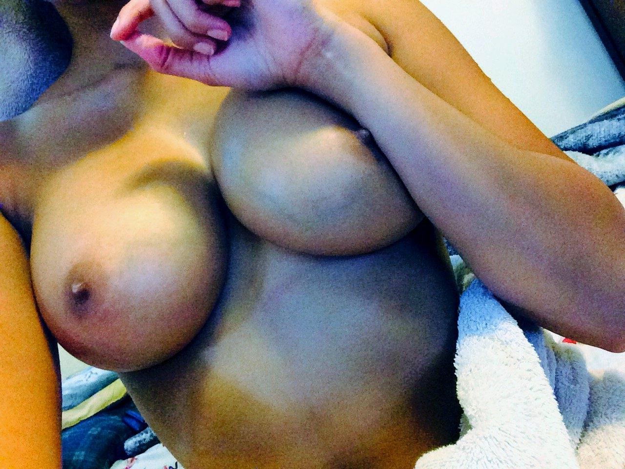 Фото Девушка вышла из душа, обмотавшись белым полотенцем, затем решила сфотографировать и показать всем свои прекрасные сиськи, сбросила полотенце, красивые большие сиськи, рука прижимает сосок, замечательная обнаженная грудь. Perfect boobs, naked tits, girl bared a breast, appetizing tits, nipples, скачать картинку бесплатно