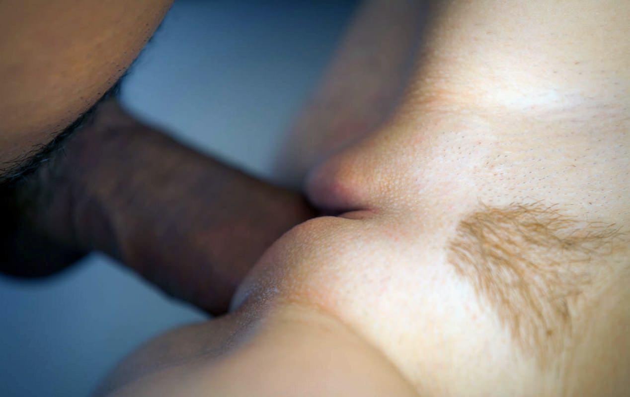 Фото Член в красивой выбритой пизде крупным планом, половые губы. Big dick in sweet pussy, close-up, labia, clitoris, gate to heaven, penis, скачать картинку бесплатно