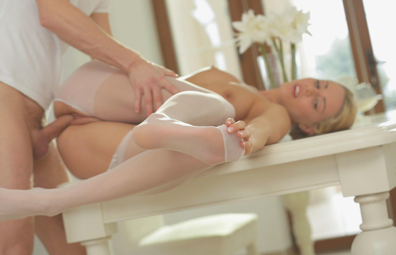 Фото Блондинку трахают на столе, белые чулки, сексуальное тело, красивая грудь, член в киске. Sex on the table, sexy blonde, naked tits, white stockings, dick in sweet pussy, скачать картинку бесплатно