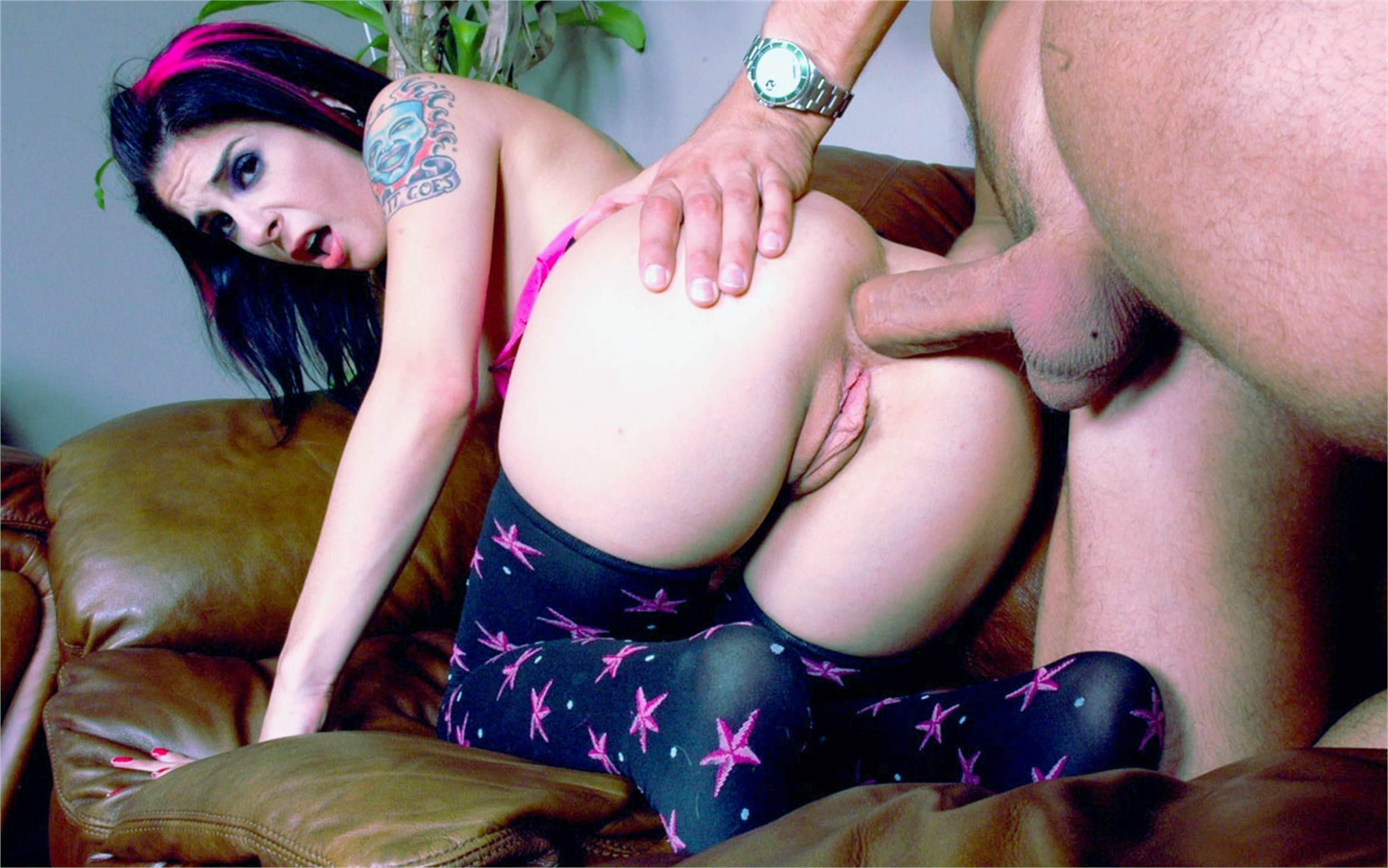 Фото Похотливая и соблазнительная девушка с тату на плече трахается в попку на кожаном диване, мужик сунул свой хуй ей в жопу, анальный секс, девушка стонет и искривляет лицо от боли, брюнетка в черно-фиолетовых чулках с узорами из морских звезд, сочная пизда, розовые половые губы. Sexy girl in purple stockings, pink bow, anal sex, dick in ass, sexy ass, labia, pink pussy, scream, doggy, скачать картинку бесплатно