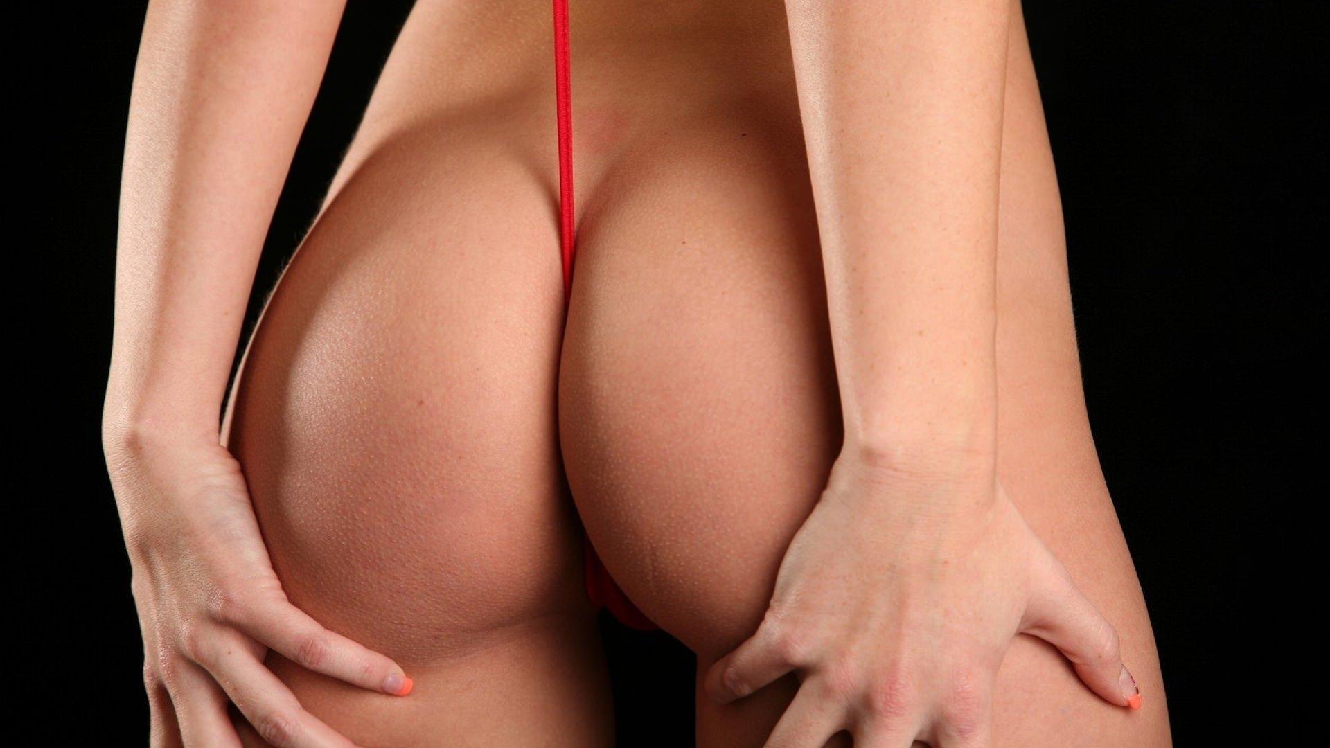 Фото Девушка натянула красную веревку между ног, упругая голая попка, руки гладят попу, скачать картинку бесплатно