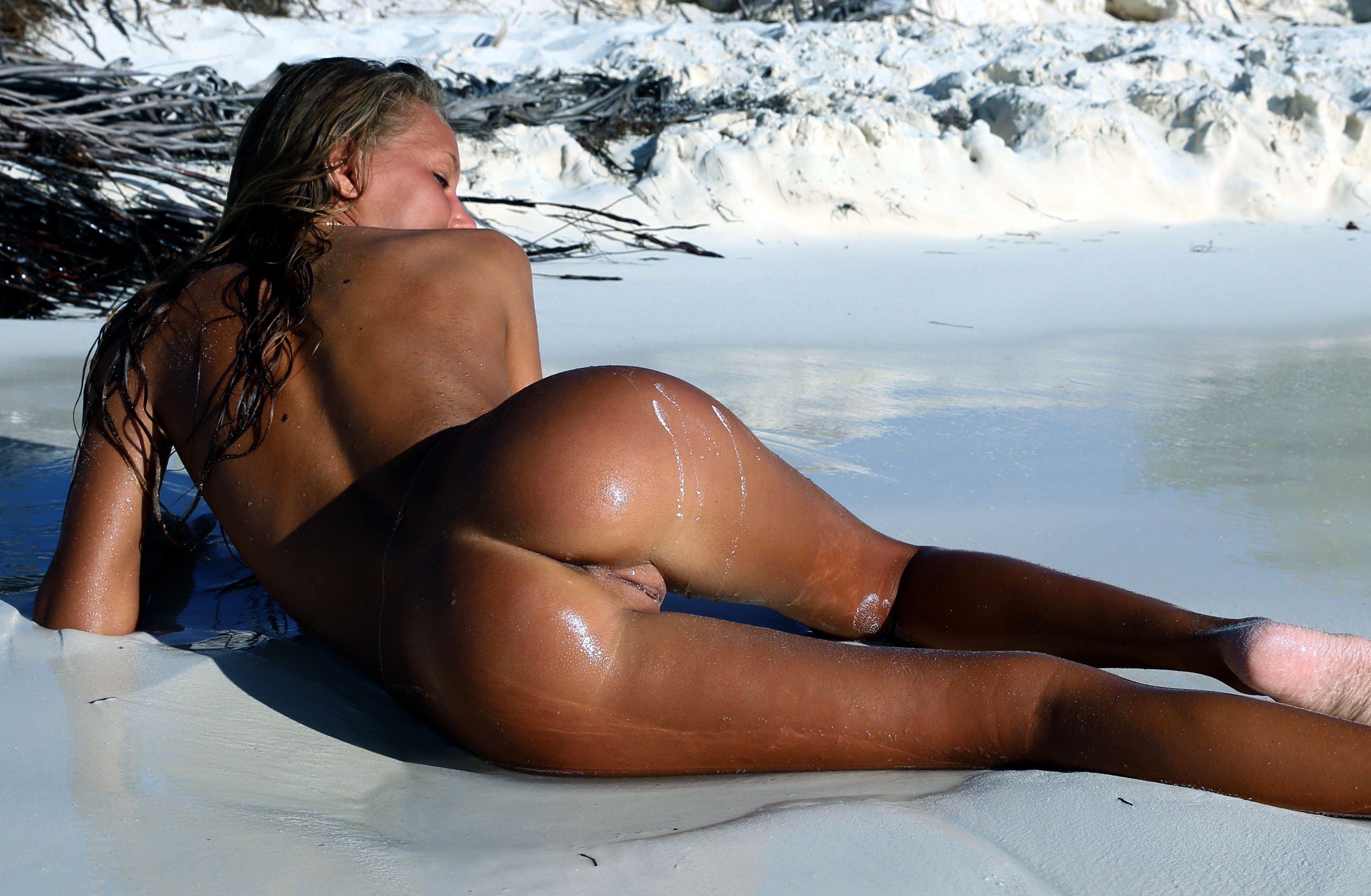 Love to tan naked like her