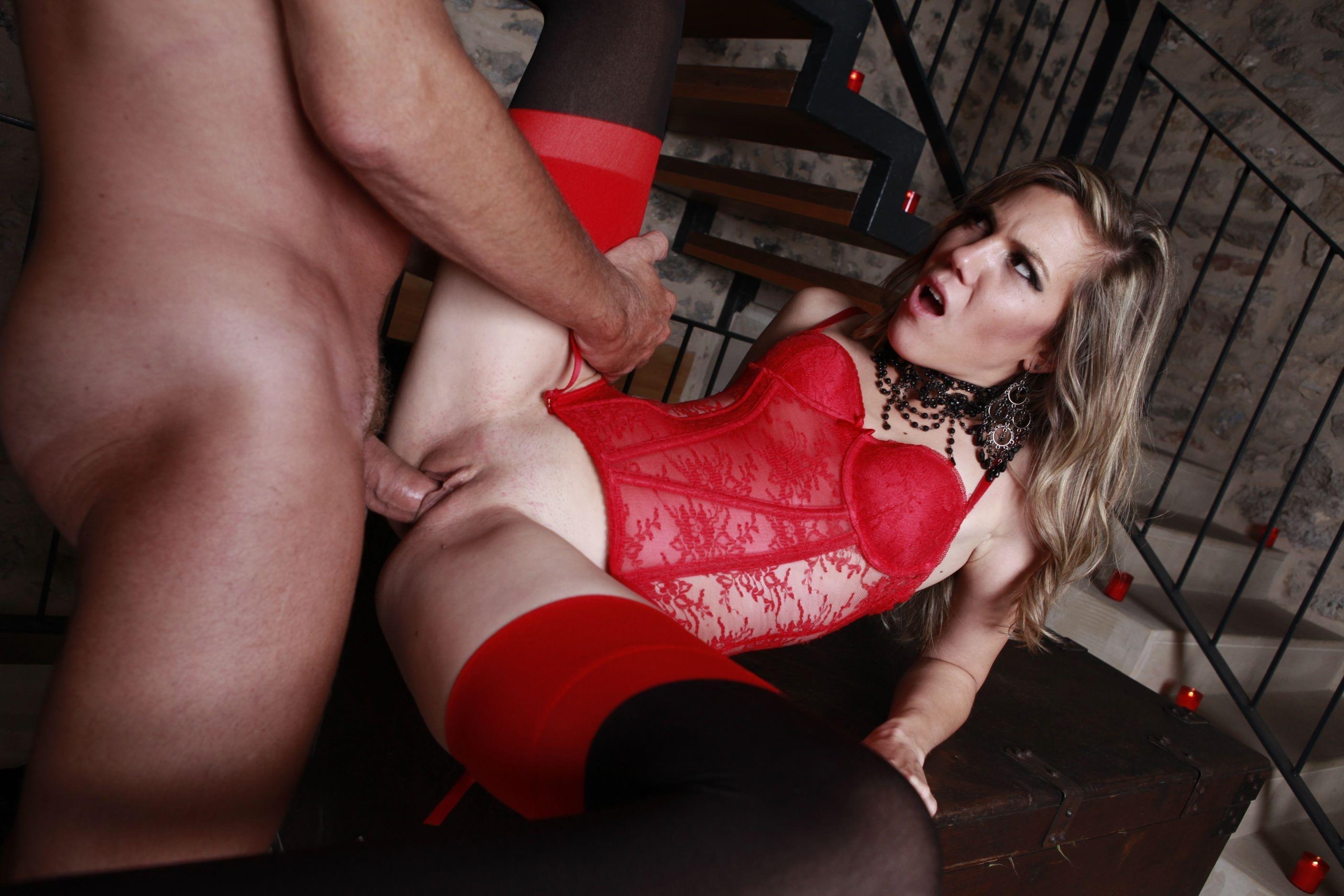 Фото Мужик трахает девушку на лестнице, красный корсет, чулки, ноги в стороны, скачать картинку бесплатно
