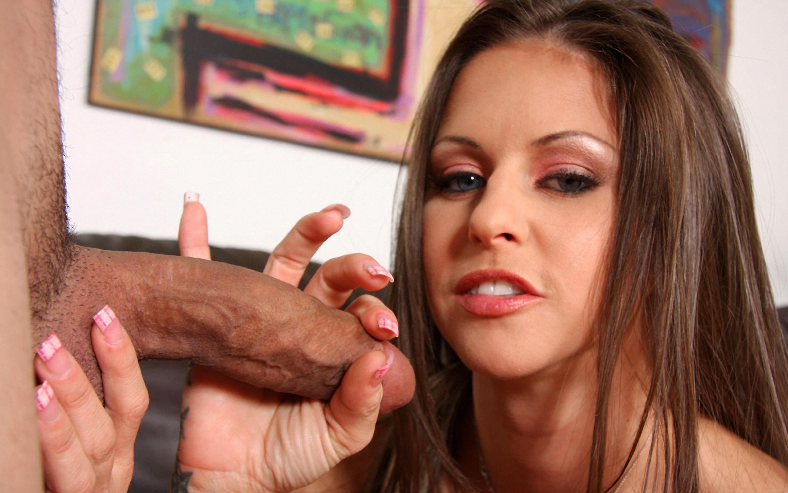 Фото Накрашенная шлюха с удовольствием ласкает толстый член, массирует двумя пальчиками головку, уже представила как глубоко заглотнет его, скачать картинку бесплатно
