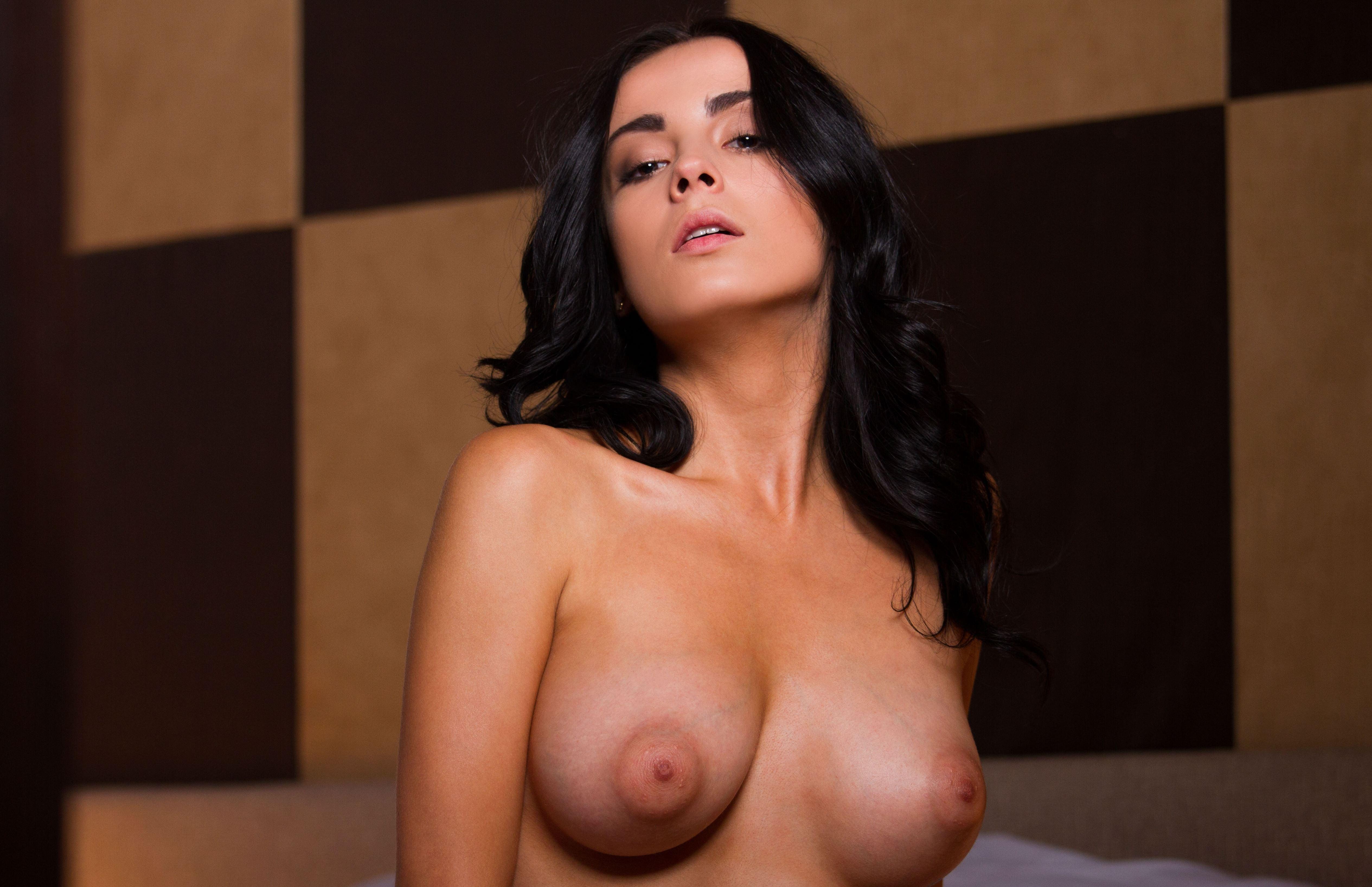 Фото Привлекательная девушка, черные волосы, голые сиськи, широкие соски, скачать картинку бесплатно