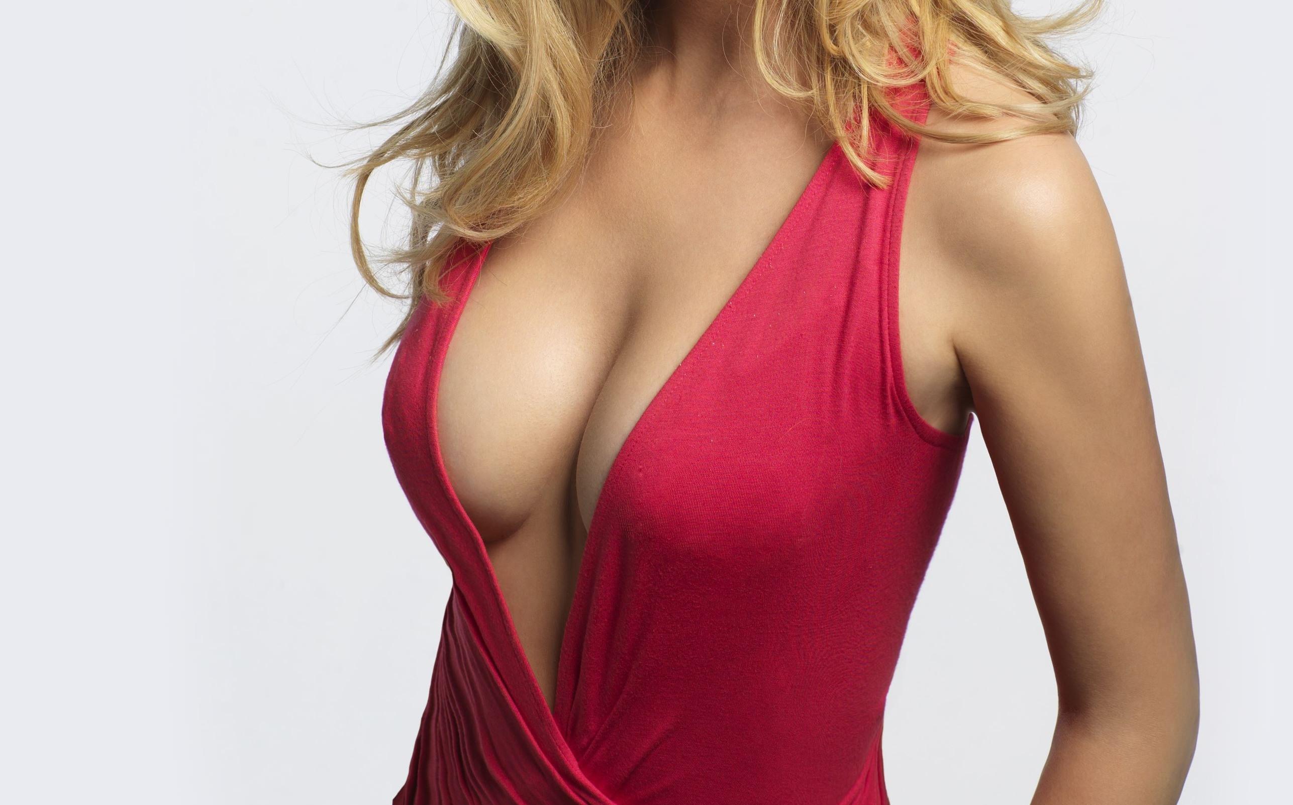 Фото Красивая женская грудь, глубокое декольте, красное платье, блондинка, скачать картинку бесплатно