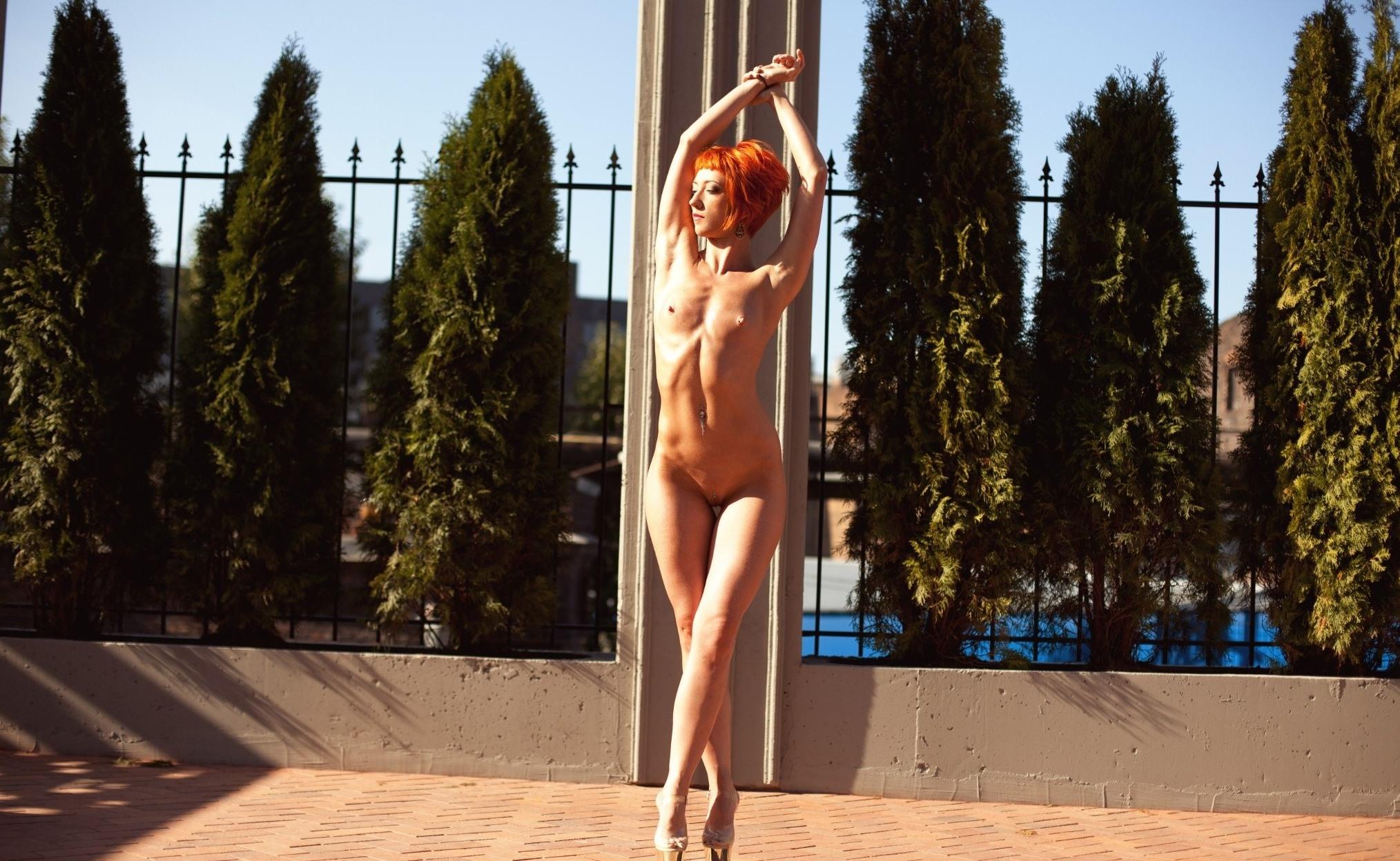Фото Обнаженная девушка на каблуках вытянулась во весь рост, сексуальное тело, рыжие волосы, прекрасная фигура, скачать картинку бесплатно