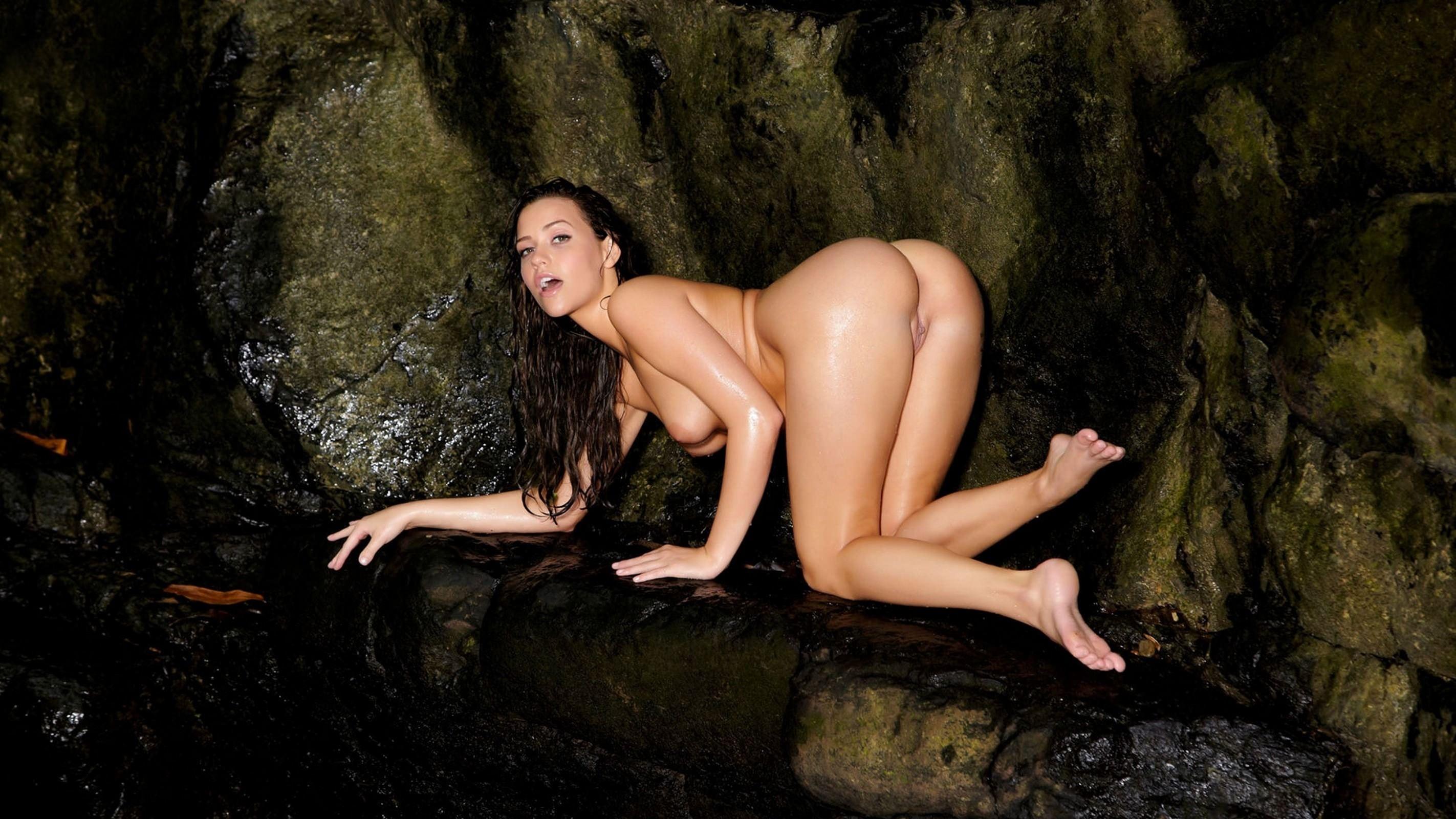 Фото Голая девушка в пещере, обнаженная девка в темной пещере, мокрая девчонка ползет по камням, сочные ляжки, скачать картинку бесплатно