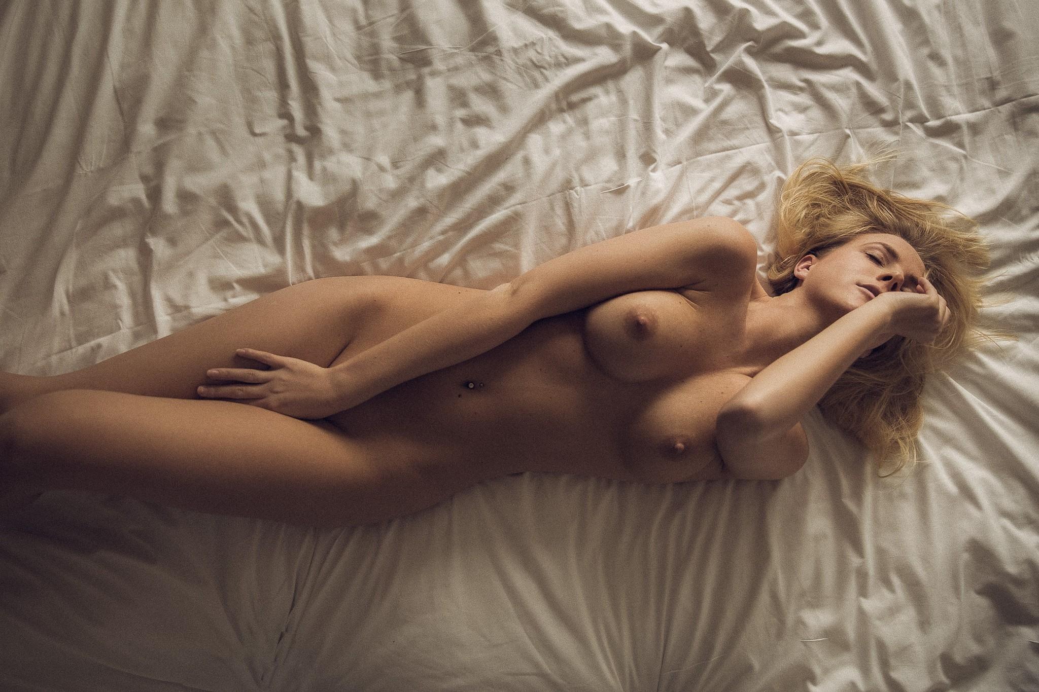 Фото Обнаженна блондинка в постели, сексуальное тело, возбуждение, соблазн, классные сиськи, рука между ног, скачать картинку бесплатно