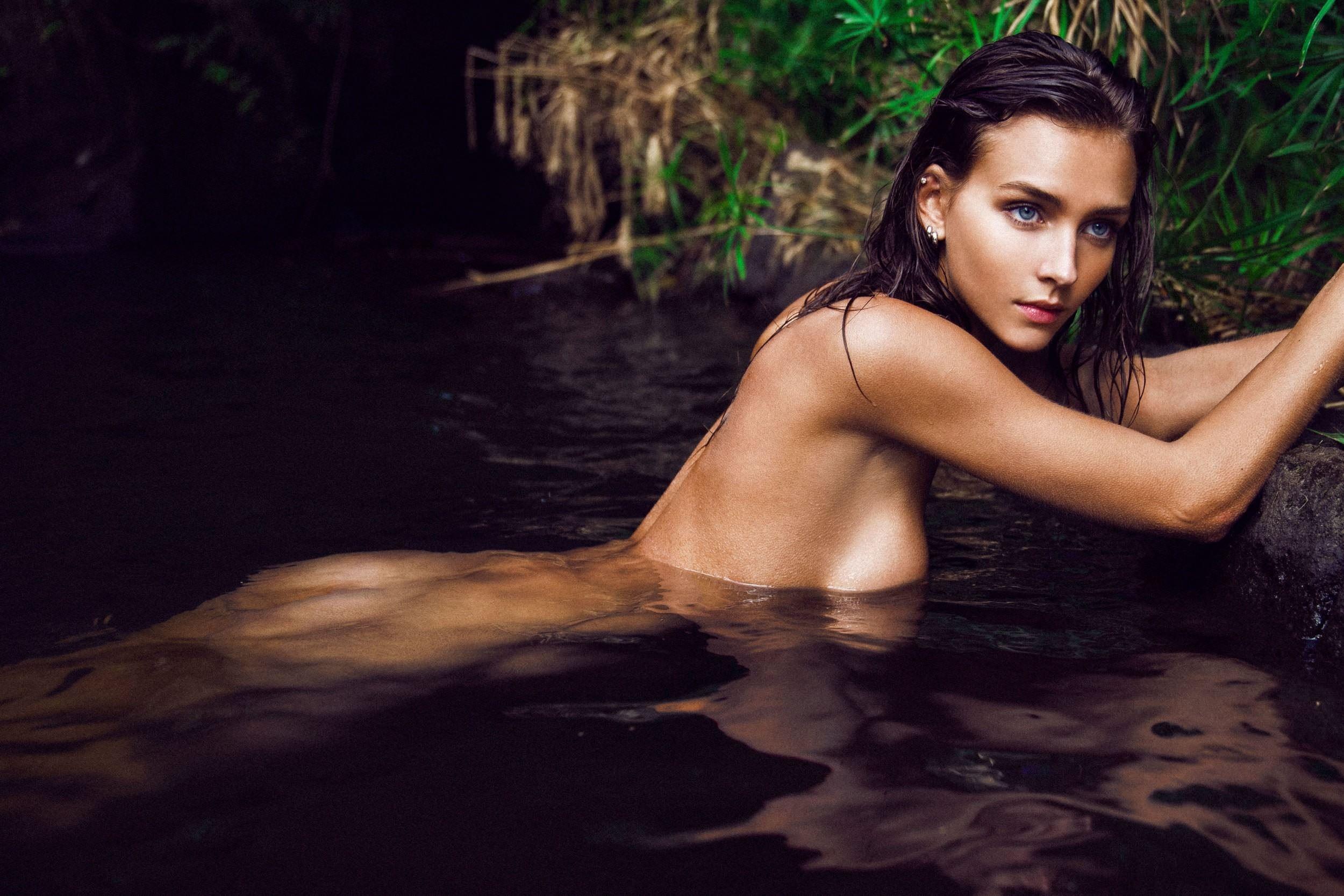 Фото Голая девушка в купается в пруду, обнаженная молодая девчонка в воде, голая девка в болоте, скачать картинку бесплатно