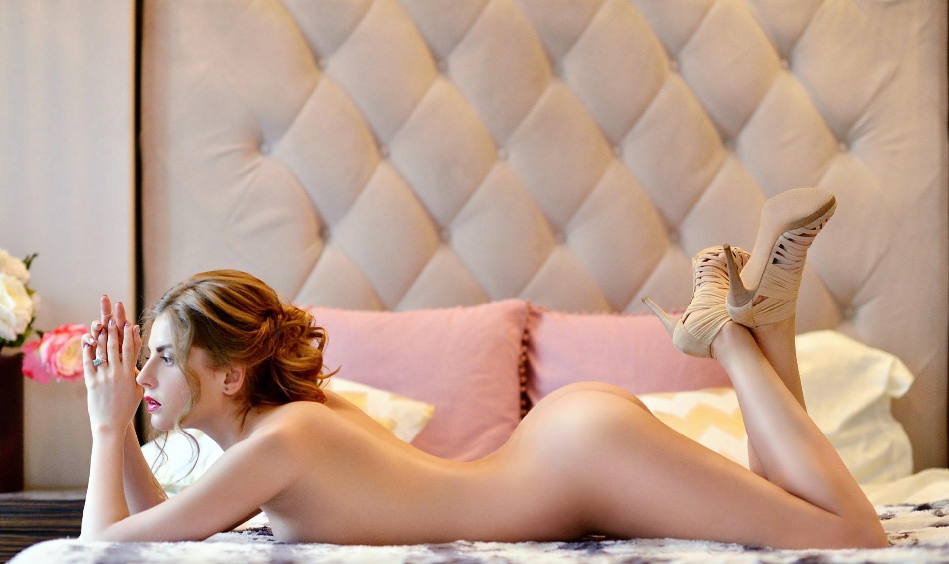 Фото Голая девушка в постели, сочная задница, аппетитная попка, сексуальное обнаженное тело, скачать картинку бесплатно