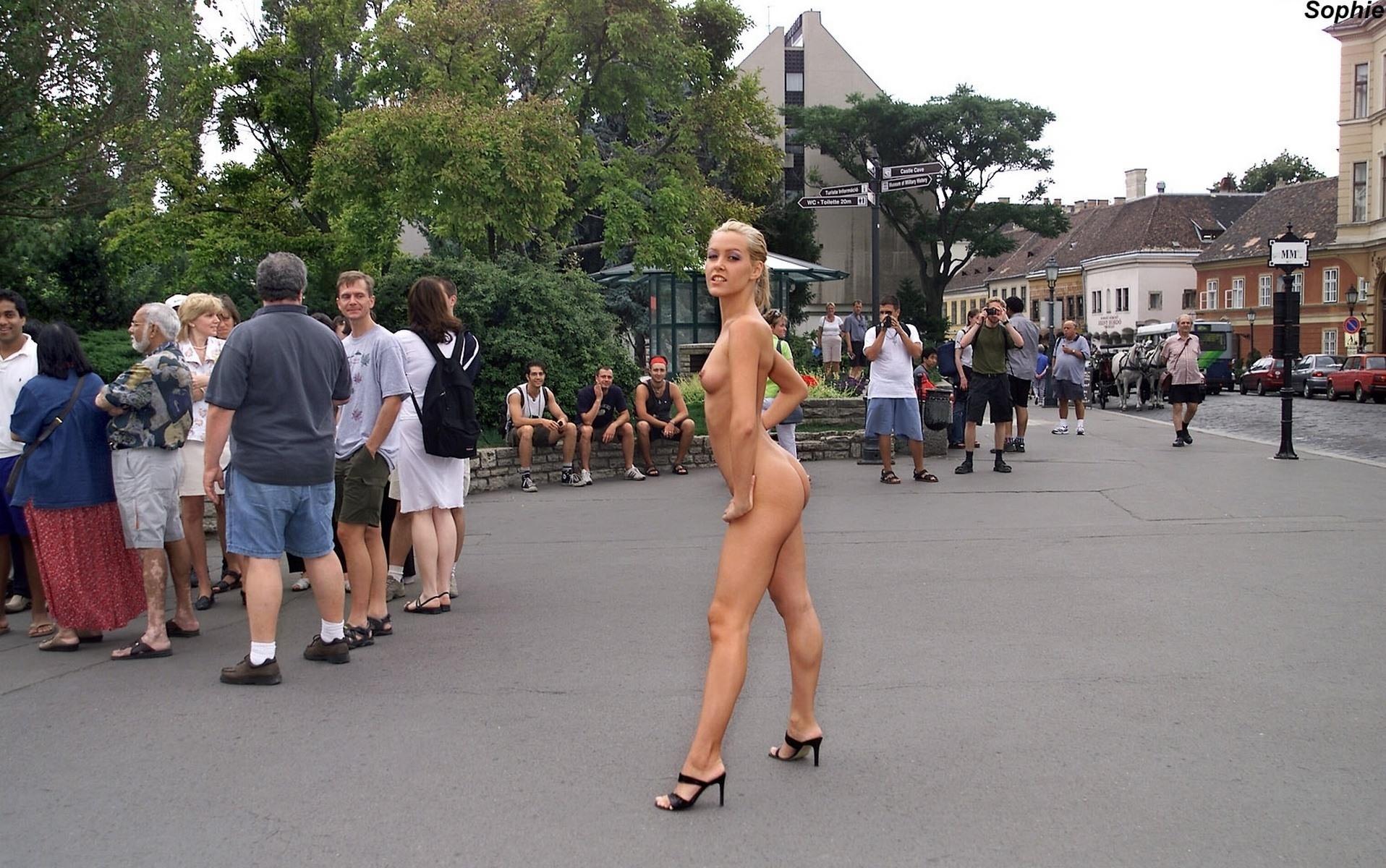 Фото Голая девушка в центре города, обнаженная блондинка в центре города демонстрирует свое сексуальное тело прохожим, скачать картинку бесплатно