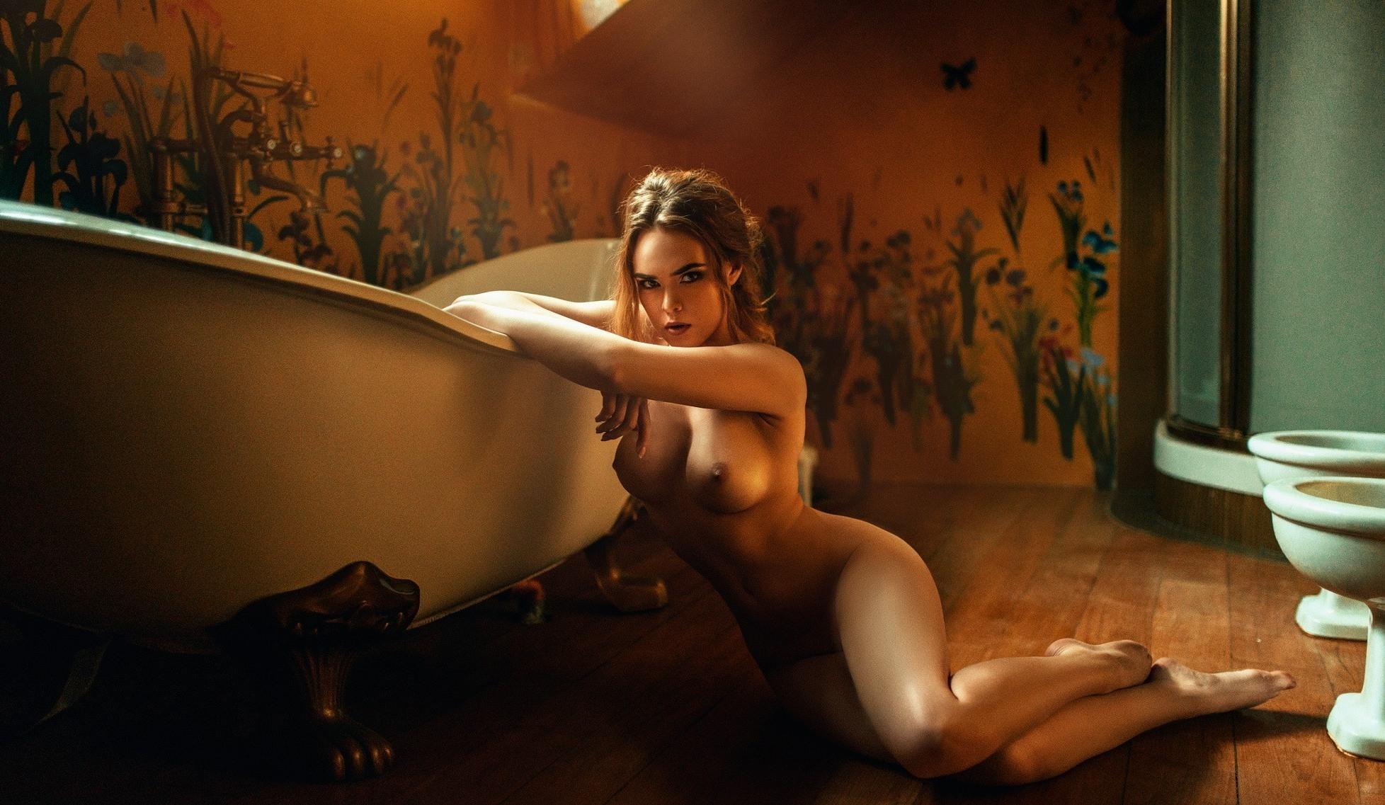 Фото Обнаженная девушка на полу у ванны, сексуальное влажное тело, соблазн, голая красотка, скачать картинку бесплатно