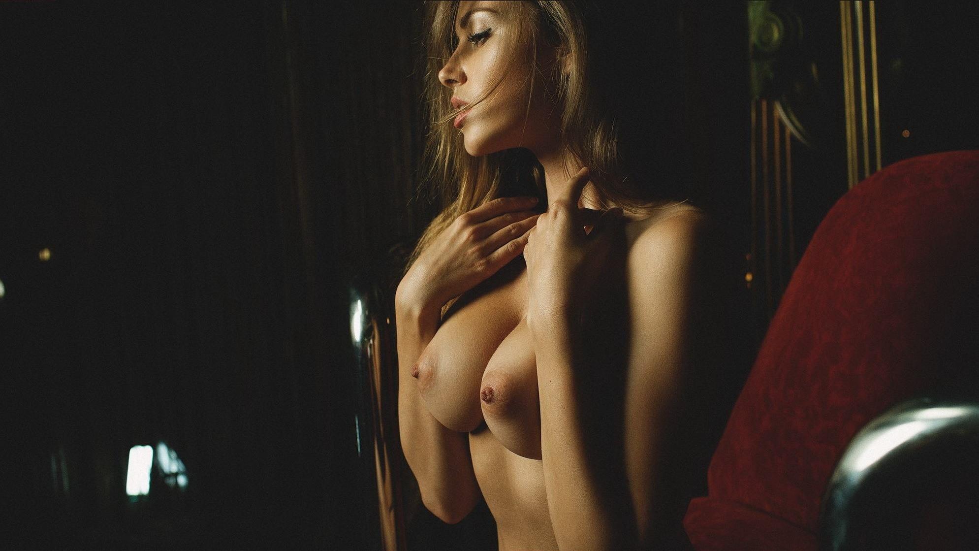Фото Соблазнительная возбужденная блондинка ласкает свою грудь, большие красивые сиськи, набухшие соски, скачать картинку бесплатно